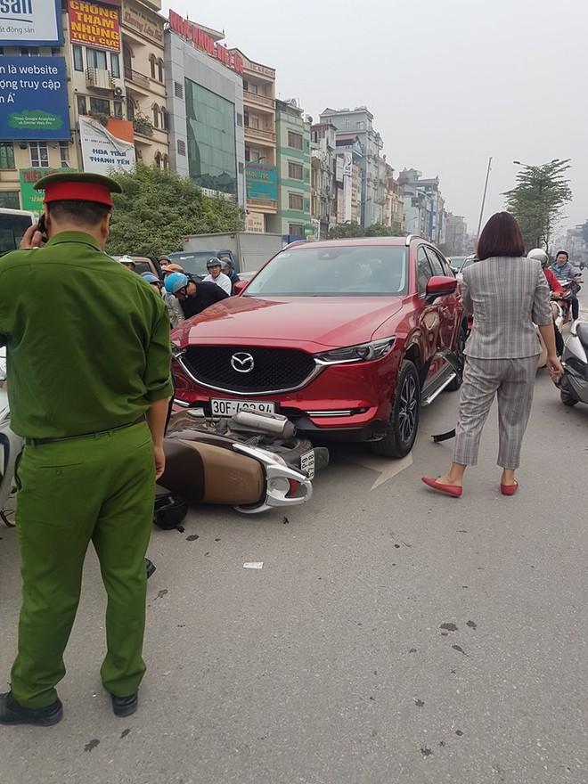 Hà Nội: Ô tô đâm hàng loạt xe máy ở Ngã Tư Sở - Ảnh 1.