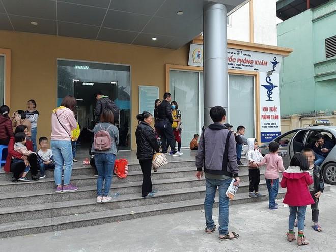Nghi ăn phải thịt lợn nổi đầy hạch trắng, 400 trẻ mầm non Bắc Ninh xuống Hà Nội xếp hàng xét nghiệm sán lợn - Ảnh 1.