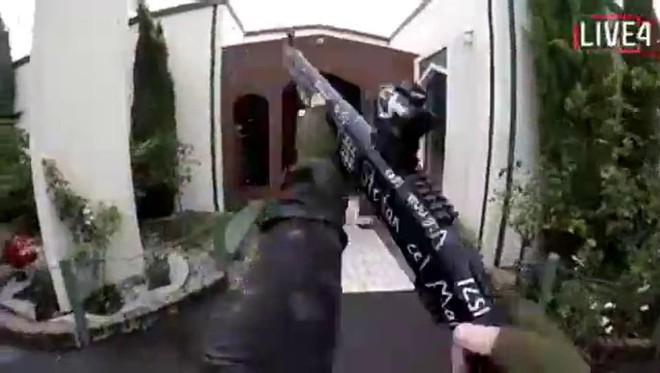 Xả súng đẫm máu tại nhà thờ New Zealand: Kẻ thủ ác livestream từ đầu đến cuối, hàng chục người bị thương - ảnh 2