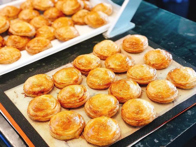 Patesô: món bánh có cái tên rặt Pháp nhưng thực ra lại là con đẻ của ẩm thực Việt - Ảnh 1.