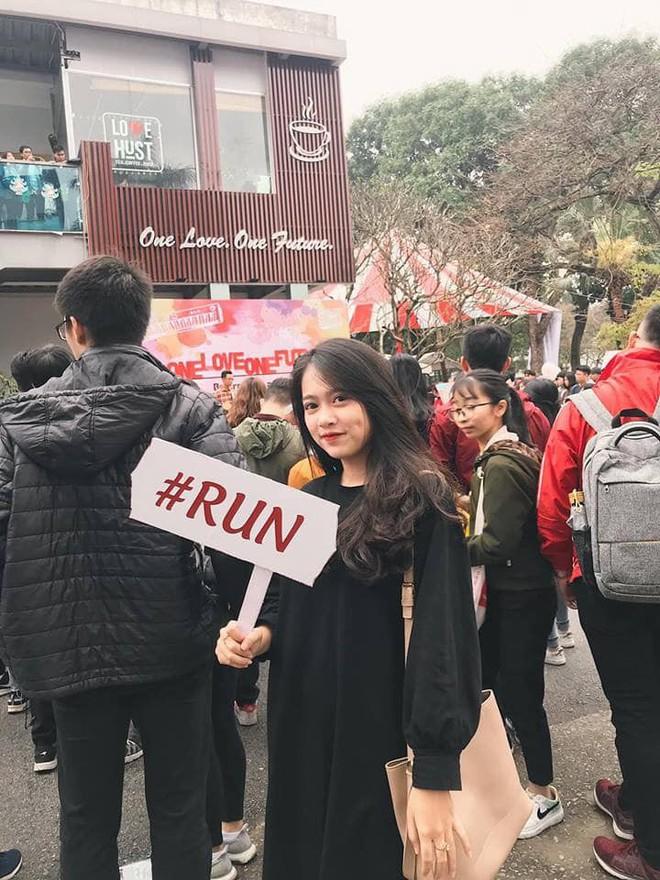 Cầm bảng cảnh báo sinh viên Run trong ngày hội tuyển sinh, cô gái này được cư dân mạng ráo riết truy tìm info vì quá xinh! - ảnh 1