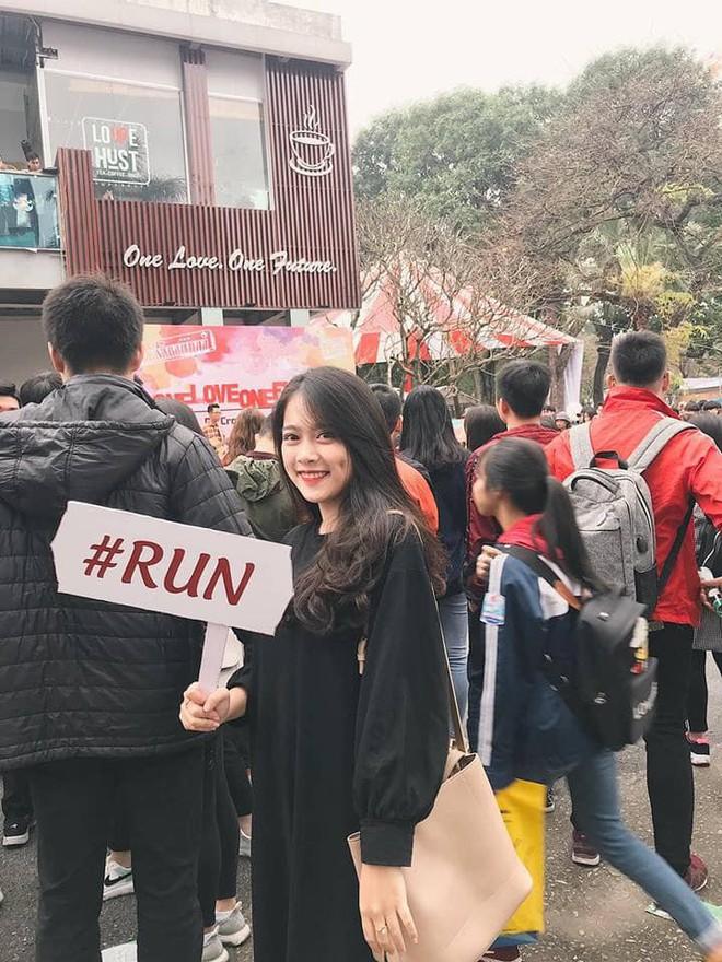 Cầm bảng cảnh báo sinh viên Run trong ngày hội tuyển sinh, cô gái này được cư dân mạng ráo riết truy tìm info vì quá xinh! - ảnh 2