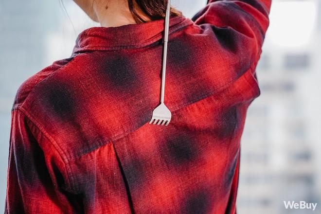Gãi ngứa thanh lịch với dụng cụ cào lưng nhìn như cây bút mực nằm gọn trong túi áo - Ảnh 7.