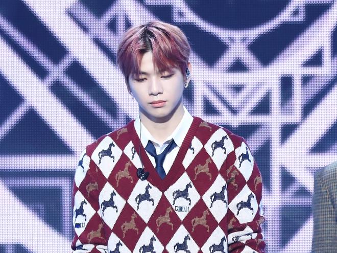 Giữa lúc Daniel bị công ty kìm hãm, Jihoon chính thức debut solo với MV có một phân cảnh giống của BTS - Ảnh 1.