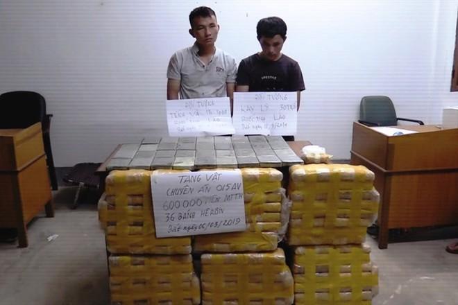Bắt 2 đối tượng người Lào mang 600.000 viên ma túy và 36 bánh heroin vào Việt Nam - Ảnh 1.