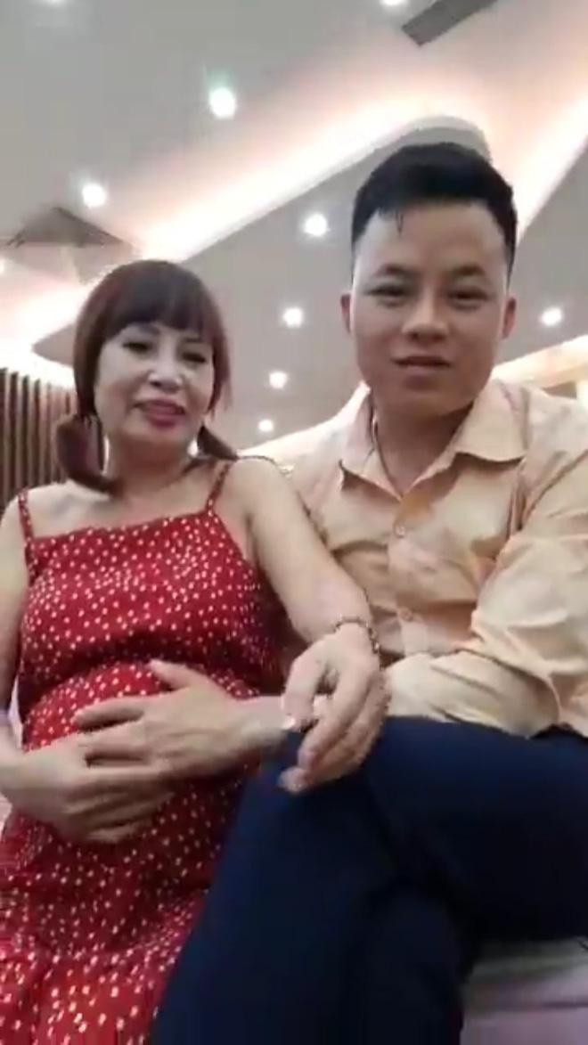 Cô dâu 62 tuổi xuất hiện với bụng bầu vượt mặt, chính thức trả lời về thông tin mang thai với chồng trẻ - ảnh 2