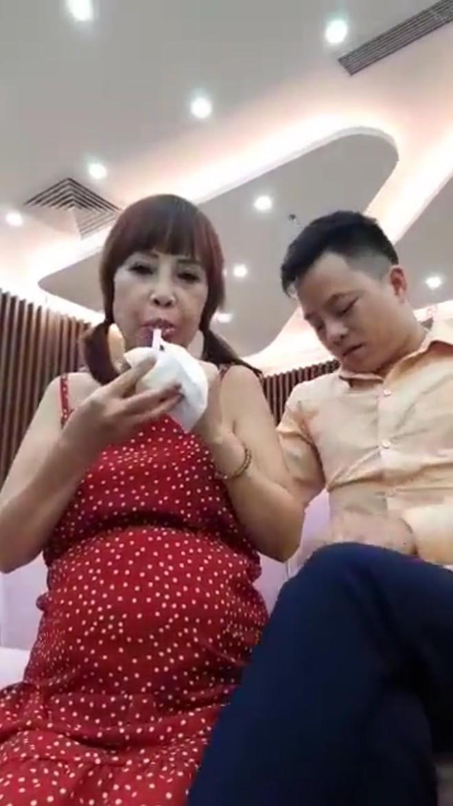 Cô dâu 62 tuổi xuất hiện với bụng bầu vượt mặt, chính thức trả lời về thông tin mang thai với chồng trẻ - ảnh 3