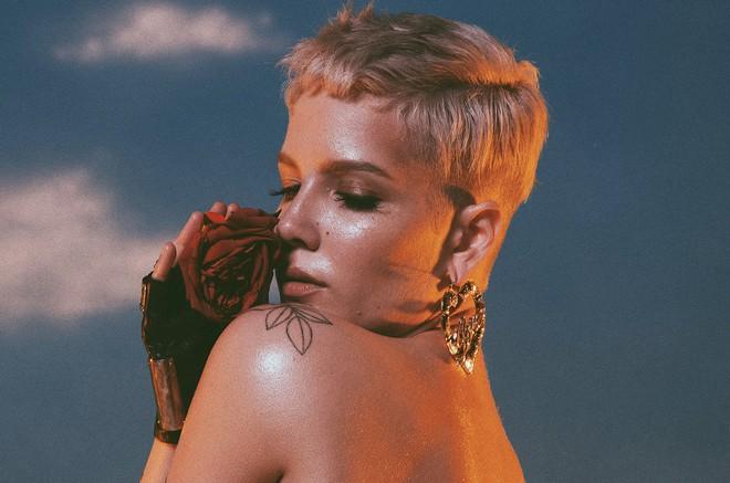 Chẳng phải Ariana Grande hay Taylor Swift, cô nàng này mới thật sự đạt kỉ lục khủng trên Billboard Hot 100 - Ảnh 1.