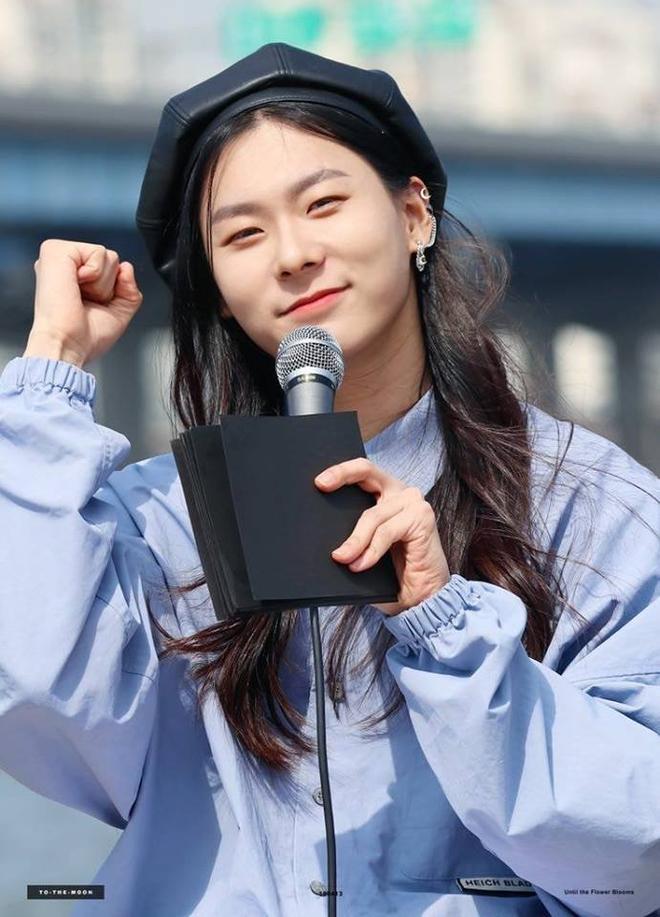 Sốc với ngoại hình idol từng gây bão ở Produce 101: Tóc dài thướt tha khiến con gái ghen tị, ai ngờ là nam rapper - ảnh 2
