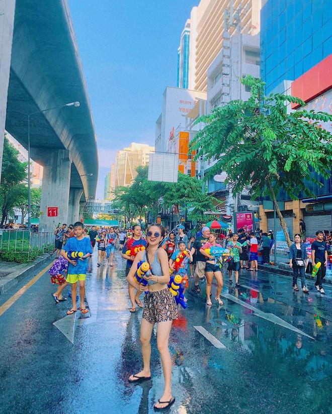 Đã mắt với loạt khoảnh khắc nóng bỏng của giới trẻ Việt tại lễ hội Songkran 2019 - Ảnh 1.