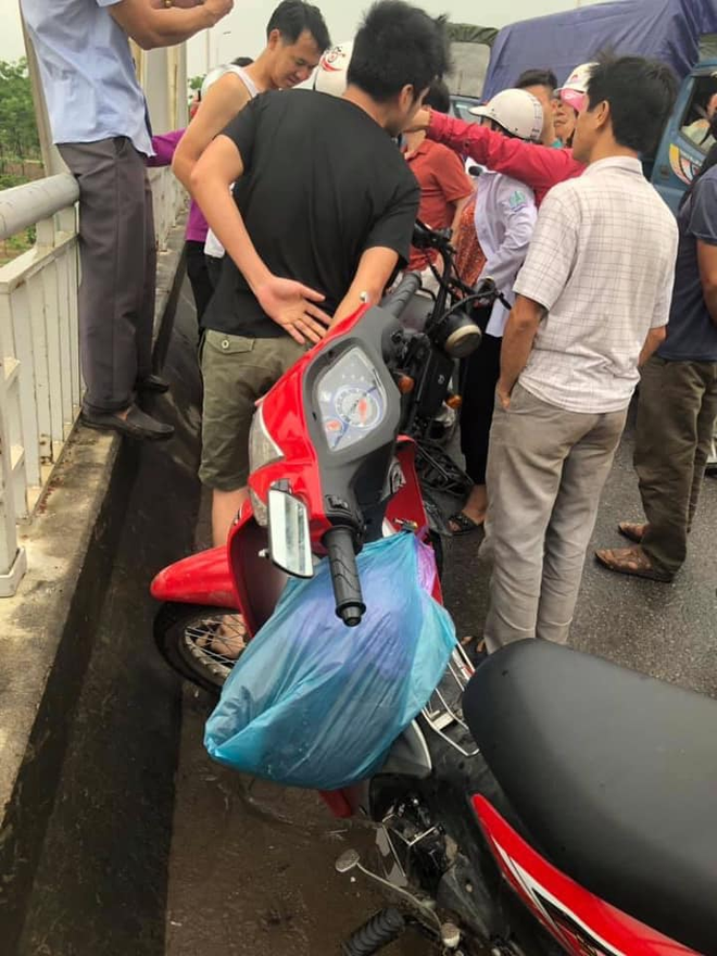 Bắc Ninh: Một nữ sinh lớp 12 đội mưa đứng trên cầu rồi bất ngờ nhảy sông tự tử - ảnh 1