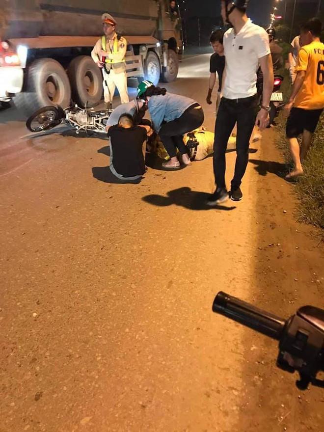 Hà Nội: Thiếu niên 16 tuổi chạy xe máy tốc độ cao tông Thiếu tá CSGT gục giữa đường - Ảnh 1.