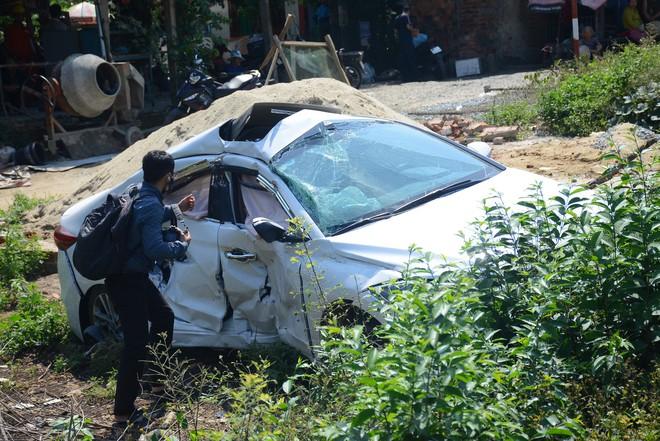 Tàu hỏa tông ô tô văng xuống ruộng, 3 người bị thương nặng - Ảnh 2.