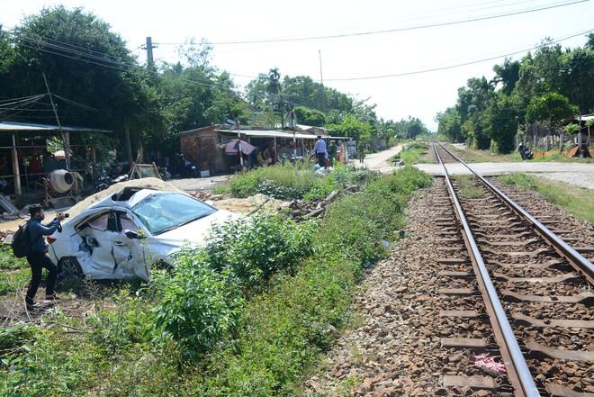 Tàu hỏa tông ô tô văng xuống ruộng, 3 người bị thương nặng - Ảnh 1.