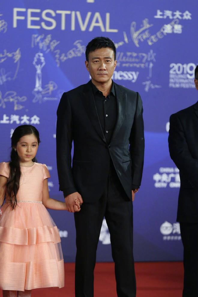 Bế mạc LHP Bắc Kinh: Bạn gái Luhan hoá công chúa yêu kiều, Đồng Lệ Á gây bão dù không đi thảm đỏ - Ảnh 12.