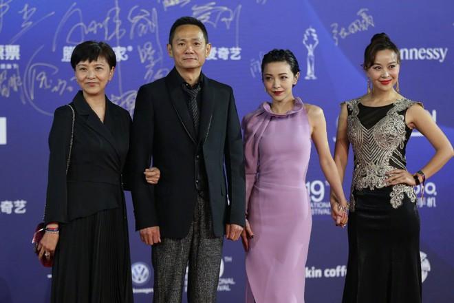 Bế mạc LHP Bắc Kinh: Bạn gái Luhan hoá công chúa yêu kiều, Đồng Lệ Á gây bão dù không đi thảm đỏ - Ảnh 13.