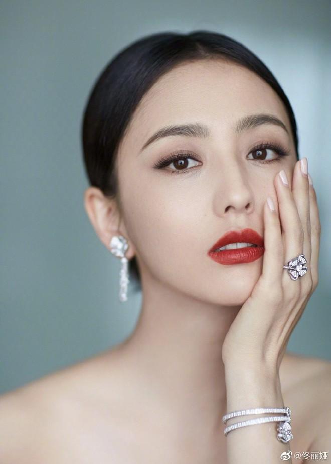 Bế mạc LHP Bắc Kinh: Bạn gái Luhan hoá công chúa yêu kiều, Đồng Lệ Á gây bão dù không đi thảm đỏ - Ảnh 5.