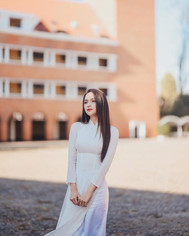 Đôi lần Hương Giang diện áo dài trắng hay còn gọi là những khoảnh khắc nàng hậu khiến vạn người ngẩn ngơ - ảnh 1