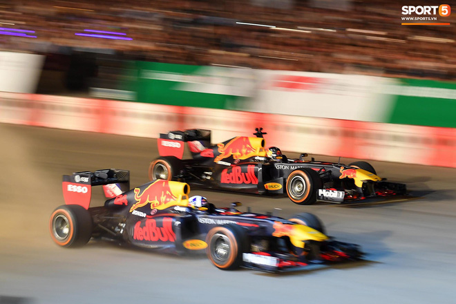 Khán giả leo rào, chen lấn để tận mắt chứng kiến màn đua thử của những chiếc xe F1 hàng đầu Thế giới - ảnh 1