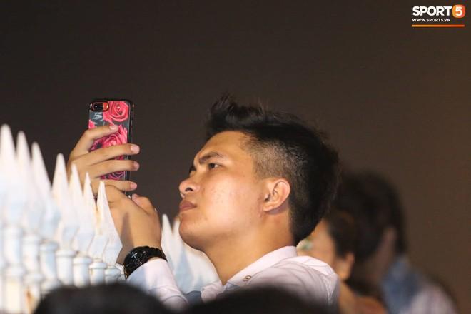 Khán giả leo rào, chen lấn để tận mắt chứng kiến màn đua thử của những chiếc xe F1 hàng đầu Thế giới - ảnh 10