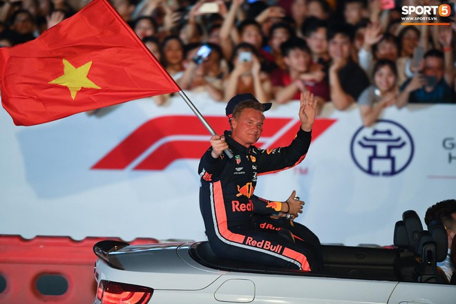 Khán giả leo rào, chen lấn để tận mắt chứng kiến màn đua thử của những chiếc xe F1 hàng đầu Thế giới - ảnh 14