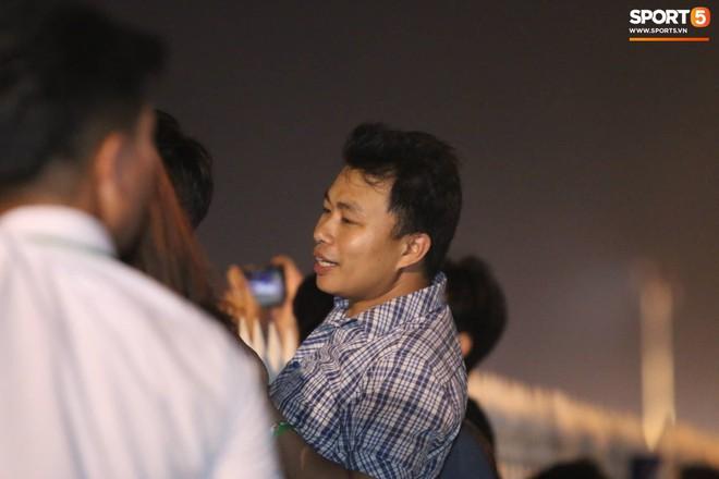 Khán giả leo rào, chen lấn để tận mắt chứng kiến màn đua thử của những chiếc xe F1 hàng đầu Thế giới - ảnh 9