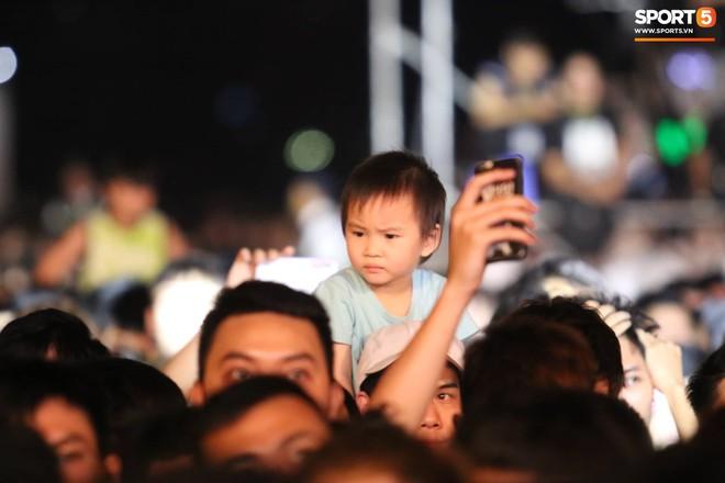 Khán giả leo rào, chen lấn để tận mắt chứng kiến màn đua thử của những chiếc xe F1 hàng đầu Thế giới - ảnh 7