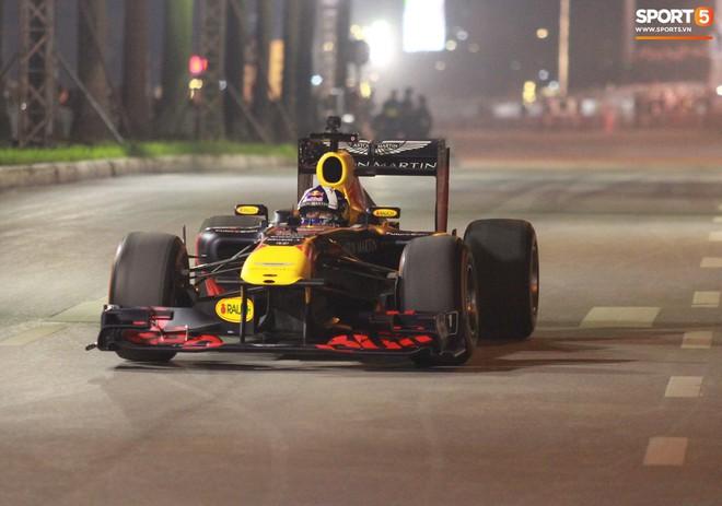 Khán giả leo rào, chen lấn để tận mắt chứng kiến màn đua thử của những chiếc xe F1 hàng đầu Thế giới - ảnh 13