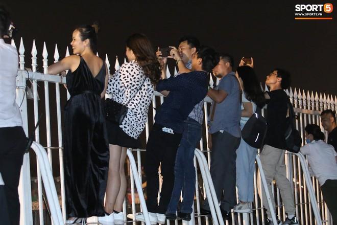Khán giả leo rào, chen lấn để tận mắt chứng kiến màn đua thử của những chiếc xe F1 hàng đầu Thế giới - ảnh 8