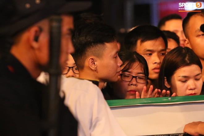Khán giả leo rào, chen lấn để tận mắt chứng kiến màn đua thử của những chiếc xe F1 hàng đầu Thế giới - ảnh 5