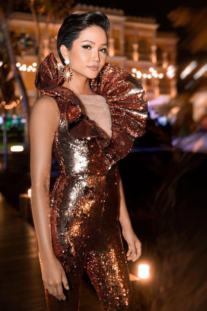 Áp dụng chiêu cũ tại Miss Universe, H'Hen Niê trội bật hơn hẳn Tiểu Vy trong một khung hình - ảnh 1