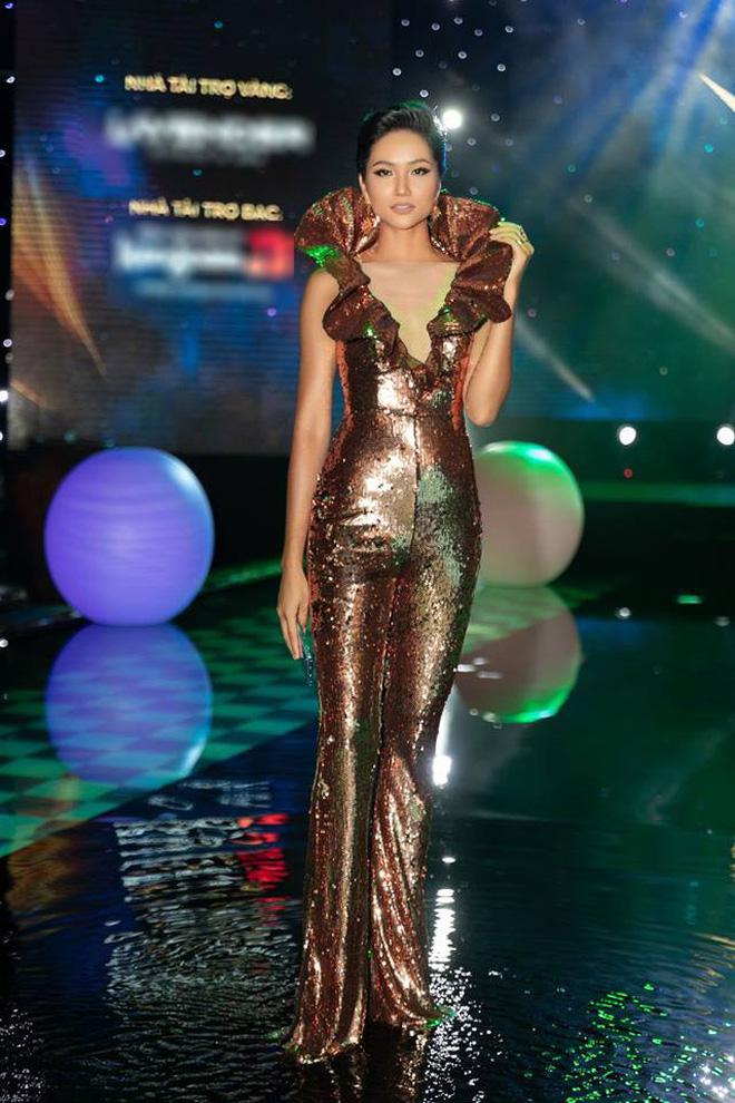 Áp dụng chiêu cũ tại Miss Universe, H'Hen Niê trội bật hơn hẳn Tiểu Vy trong một khung hình - ảnh 2