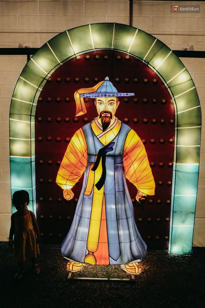 Người dân ùn ùn kéo đến check in tại lễ hội ánh sáng lần đầu tiên xuất hiện ở Sài Gòn - ảnh 3