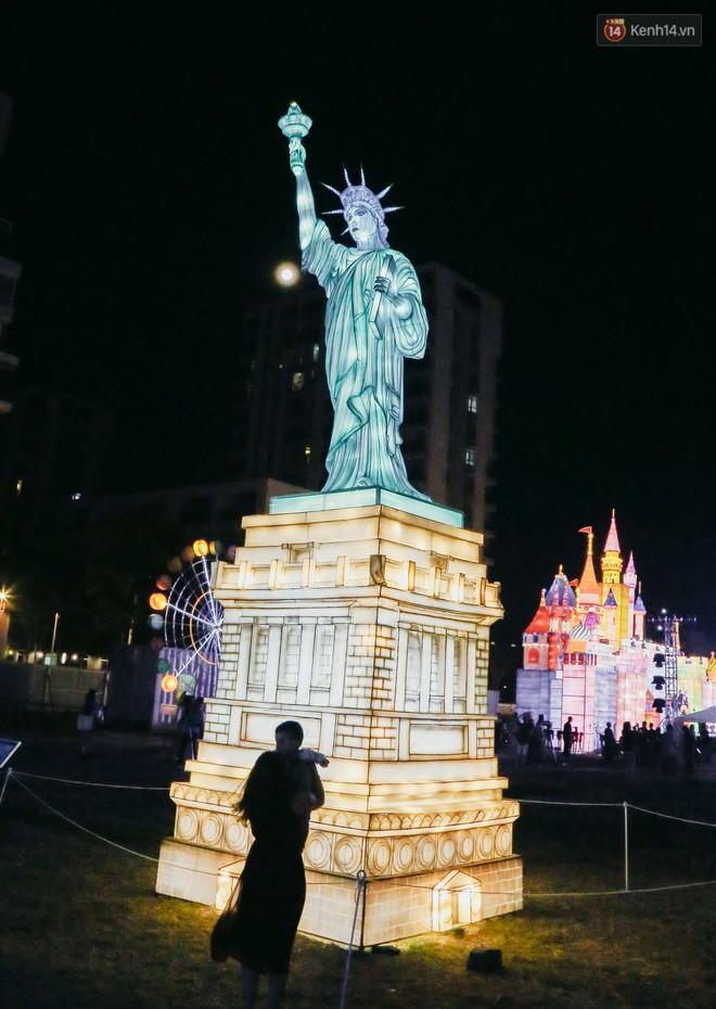 Người dân ùn ùn kéo đến check in tại lễ hội ánh sáng lần đầu tiên xuất hiện ở Sài Gòn - ảnh 7