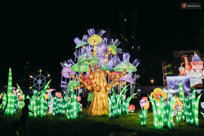Người dân ùn ùn kéo đến check in tại lễ hội ánh sáng lần đầu tiên xuất hiện ở Sài Gòn - ảnh 17