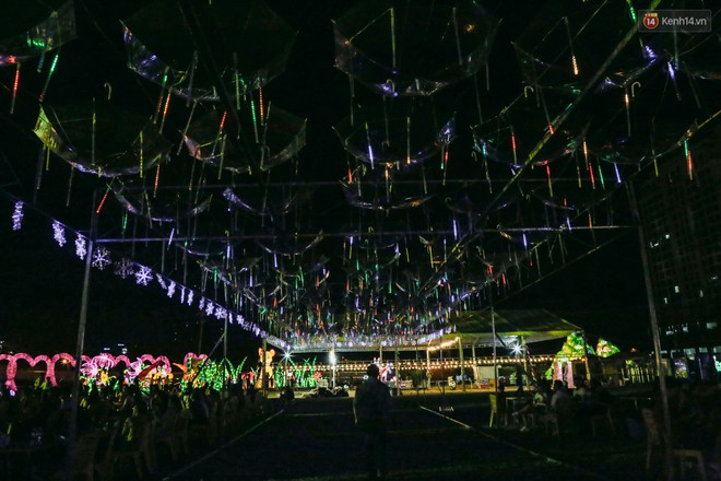 Người dân ùn ùn kéo đến check in tại lễ hội ánh sáng lần đầu tiên xuất hiện ở Sài Gòn - ảnh 18