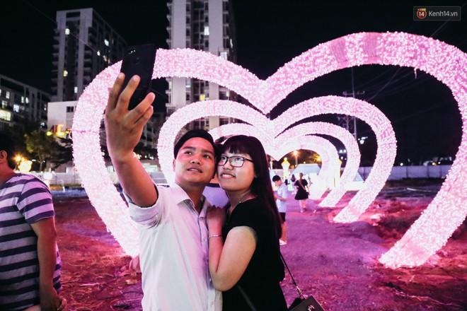 Người dân ùn ùn kéo đến check in tại lễ hội ánh sáng lần đầu tiên xuất hiện ở Sài Gòn - ảnh 16