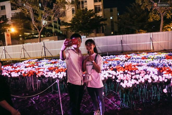 Người dân ùn ùn kéo đến check in tại lễ hội ánh sáng lần đầu tiên xuất hiện ở Sài Gòn - ảnh 15