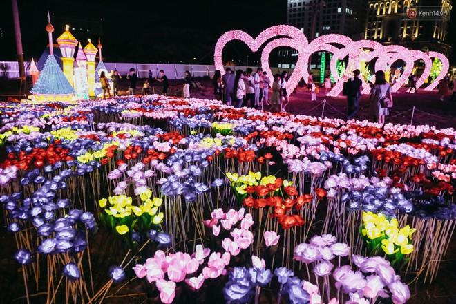 Người dân ùn ùn kéo đến check in tại lễ hội ánh sáng lần đầu tiên xuất hiện ở Sài Gòn - ảnh 14