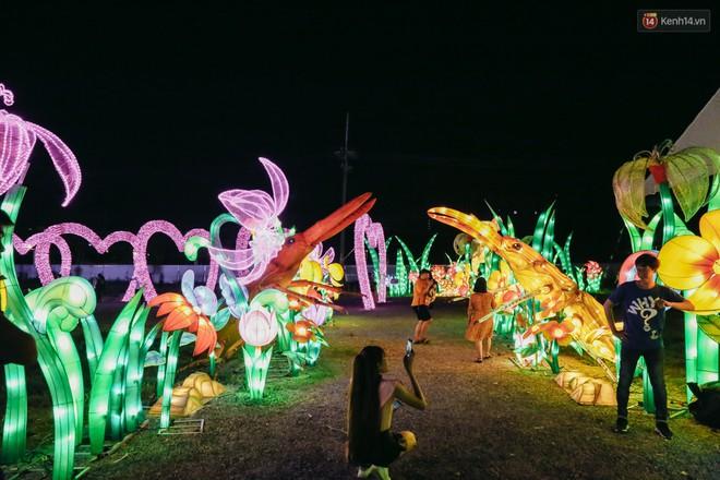 Người dân ùn ùn kéo đến check in tại lễ hội ánh sáng lần đầu tiên xuất hiện ở Sài Gòn - ảnh 19