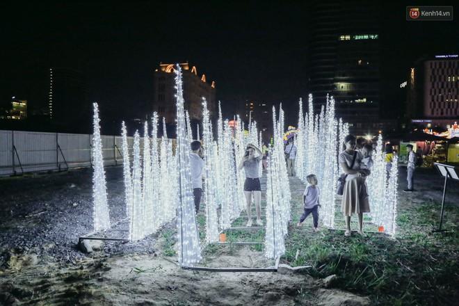 Người dân ùn ùn kéo đến check in tại lễ hội ánh sáng lần đầu tiên xuất hiện ở Sài Gòn - ảnh 22