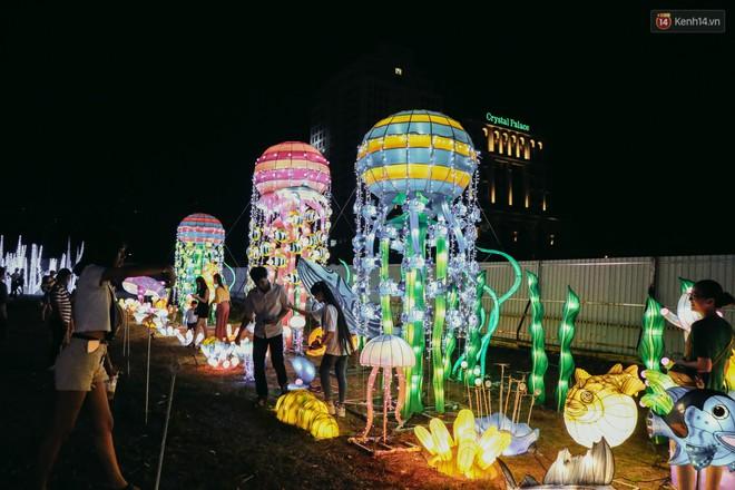 Người dân ùn ùn kéo đến check in tại lễ hội ánh sáng lần đầu tiên xuất hiện ở Sài Gòn - ảnh 23