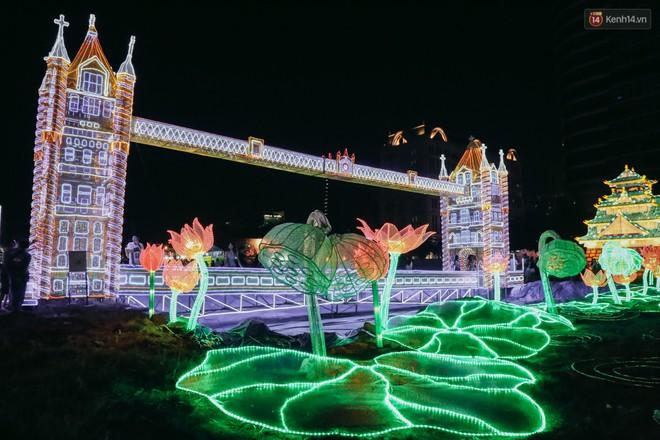 Người dân ùn ùn kéo đến check in tại lễ hội ánh sáng lần đầu tiên xuất hiện ở Sài Gòn - ảnh 8
