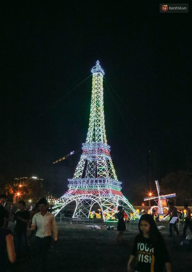 Người dân ùn ùn kéo đến check in tại lễ hội ánh sáng lần đầu tiên xuất hiện ở Sài Gòn - ảnh 6