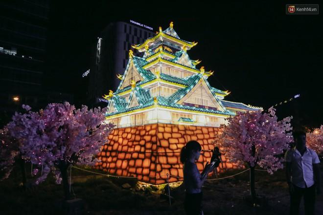 Người dân ùn ùn kéo đến check in tại lễ hội ánh sáng lần đầu tiên xuất hiện ở Sài Gòn - ảnh 5