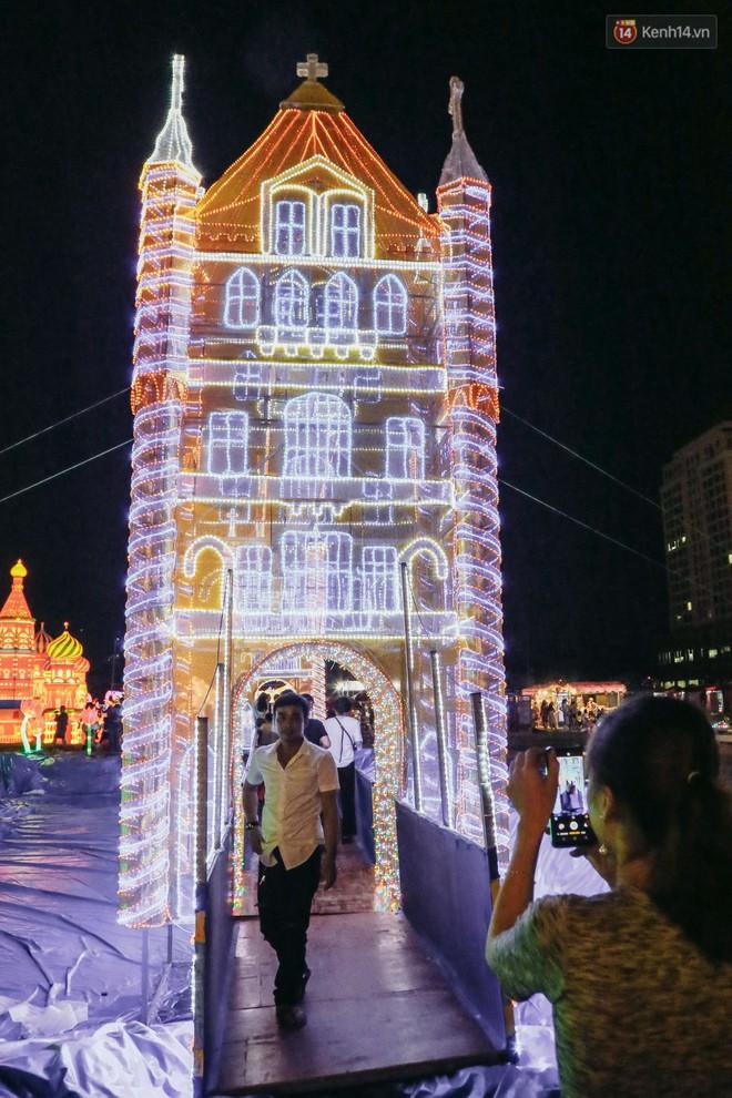 Người dân ùn ùn kéo đến check in tại lễ hội ánh sáng lần đầu tiên xuất hiện ở Sài Gòn - ảnh 10