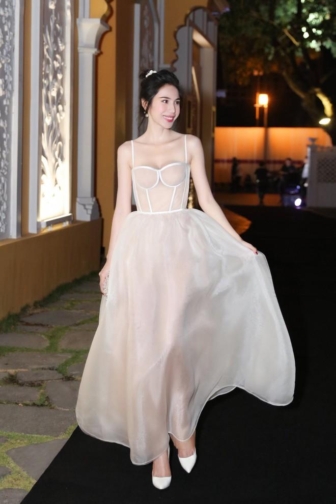 Chắc vì Thủy Tiên đẹp quá nên dù mặc váy hơi nhạy cảm, cô vẫn được khen hết lời - ảnh 2