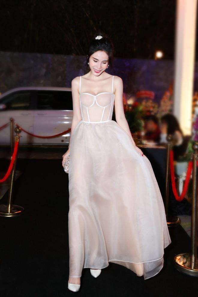 Chắc vì Thủy Tiên đẹp quá nên dù mặc váy hơi nhạy cảm, cô vẫn được khen hết lời - ảnh 1