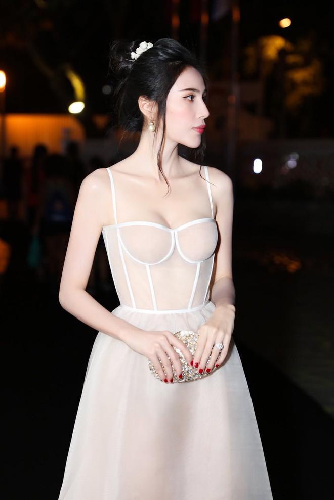 Chắc vì Thủy Tiên đẹp quá nên dù mặc váy hơi nhạy cảm, cô vẫn được khen hết lời - ảnh 4