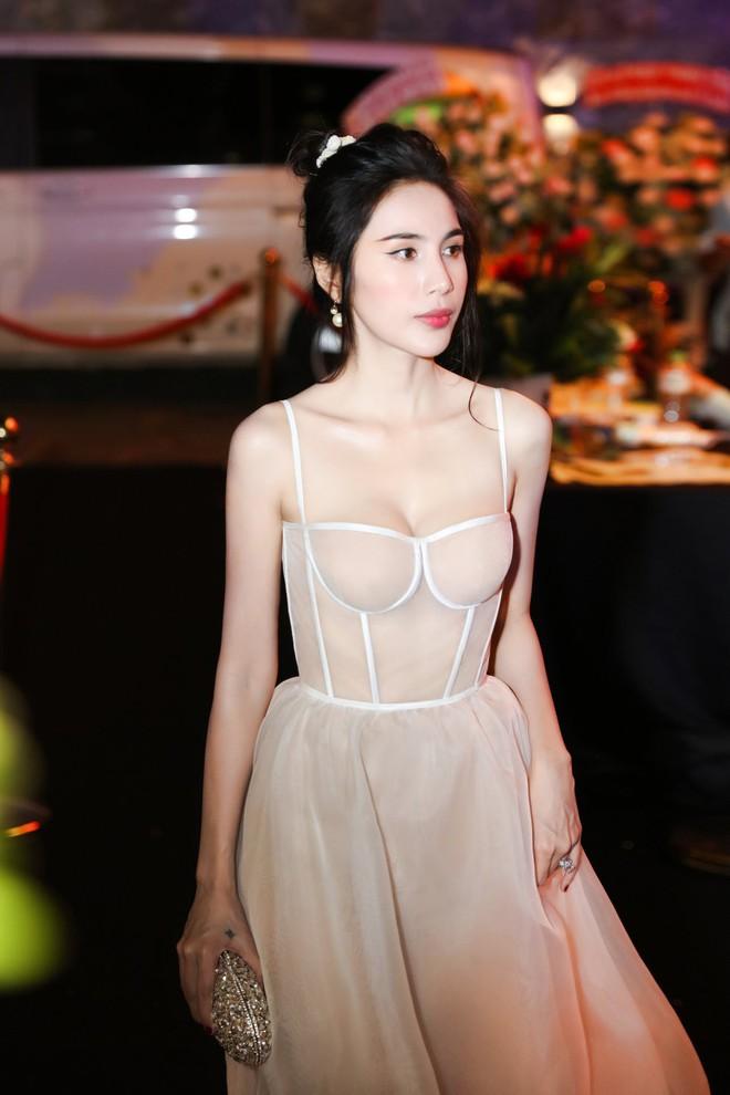 Chắc vì Thủy Tiên đẹp quá nên dù mặc váy hơi nhạy cảm, cô vẫn được khen hết lời - ảnh 3